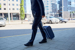 Homme d'affaires supérieur marchant avec le sac de voyage dans la ville Photographie stock