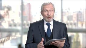 Homme d'affaires supérieur parlant lors du séminaire banque de vidéos