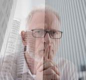 Homme d'affaires supérieur réfléchi, double exposition, effet de la lumière Images libres de droits