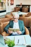Homme d'affaires supérieur Reading Book image stock