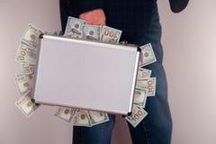 Homme d'affaires supérieur tenant la serviette avec des dollars Photos libres de droits