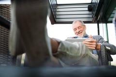 Homme d'affaires supérieur travaillant au comprimé en café de dessus de toit Photos libres de droits