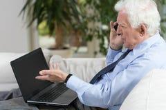 Homme d'affaires supérieur Using Laptop photos stock