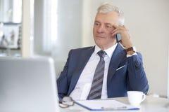 Homme d'affaires supérieur utilisant pratique Images stock