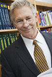 Homme d'affaires supérieur In Library Photographie stock libre de droits