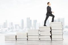 Homme d'affaires sur des livres Images stock