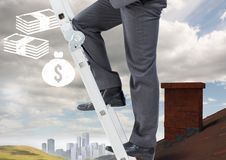 Homme d'affaires sur l'échelle au-dessus du toit et ville avec des icônes d'argent Photographie stock libre de droits