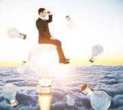 Homme d'affaires sur l'ampoule de fusée Photo libre de droits