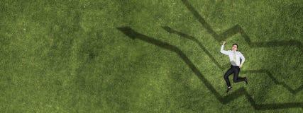 Homme d'affaires sur l'herbe verte images libres de droits