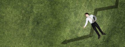 Homme d'affaires sur l'herbe verte image libre de droits