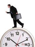 Homme d'affaires sur l'horloge Photo stock