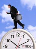 Homme d'affaires sur l'horloge Images stock