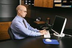 Homme d'affaires sur l'ordinateur Photographie stock libre de droits