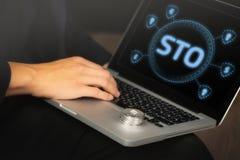 Homme d'affaires sur l'ordinateur portable avec STO et Ethereum images libres de droits