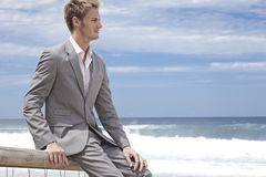 Homme d'affaires sur la plage Photographie stock libre de droits
