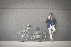 Homme d'affaires sur la rue de ville photo stock