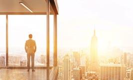 Homme d'affaires sur la tonalité arrière de balcon Images stock