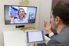 Homme d'affaires sur la vidéoconférence avec son collègue dans le travail de bureau photos libres de droits