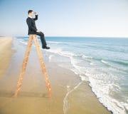 Homme d'affaires sur le dessus d'échelle Images libres de droits