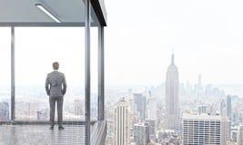 Homme d'affaires sur le dos de balcon Images stock