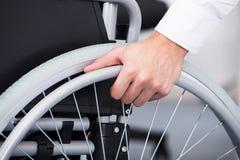 Homme d'affaires sur le fauteuil roulant Photographie stock libre de droits