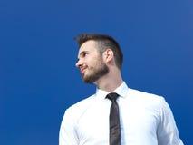 Homme d'affaires sur le fond bleu photo stock