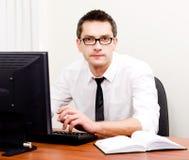 Homme d'affaires sur le lieu de travail avec l'ordinateur Photos stock