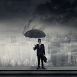 Homme d'affaires sur le masque de gaz de port de dessus de toit Images libres de droits