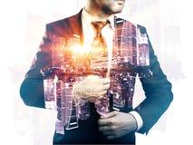 Homme d'affaires sur le multiexposure de fond de ville Image stock