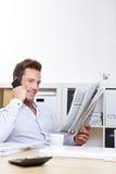 Homme d'affaires sur le relevé de recherche d'un emploi photos stock