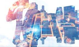 Homme d'affaires sur le smartphone, plan de ville image stock