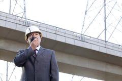 Homme d'affaires sur le talkie-walkie Image stock