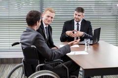 Homme d'affaires sur un fauteuil roulant Images stock