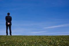 Homme d'affaires sur un flanc de coteau Photo libre de droits