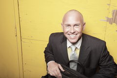 Homme d'affaires sur un mur jaune Photos libres de droits