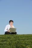 Homme d'affaires sur un ordinateur portatif photos libres de droits