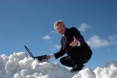 Homme d'affaires sur une côte de ski Photos stock