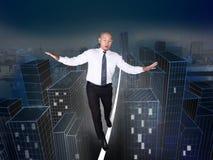 Homme d'affaires Take Challenge à marcher sur la corde Risque dans l'escroquerie d'affaires images libres de droits