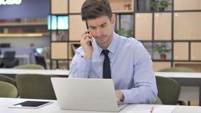 Homme d'affaires Talking au téléphone, discutant le projet banque de vidéos