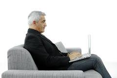 Homme d'affaires tapant sur l'ordinateur portatif photo stock