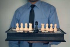 Homme d'affaires tenant des échecs Photos stock