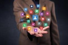 Homme d'affaires tenant des applications colorées Images stock