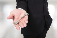 Homme d'affaires tenant des clés image libre de droits