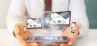 Homme d'affaires tenant des dispositifs reli?s ? un rendu du r?seau 3d d'affaires globales photo libre de droits