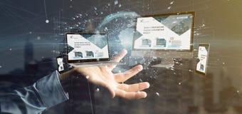Homme d'affaires tenant des dispositifs reli?s ? un rendu du r?seau 3d d'affaires globales images libres de droits