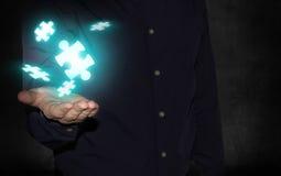Homme d'affaires tenant des morceaux de puzzle Photo libre de droits