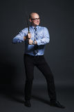 Homme d'affaires tenant l'épée de katana Photo stock