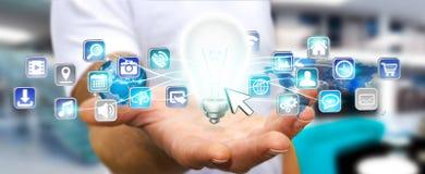 Homme d'affaires tenant l'ampoule avec les icônes numériques Photo stock