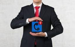 Homme d'affaires tenant l'icône Photographie stock
