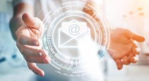 Homme d'affaires tenant l'icône d'email de vol du rendu 3D dans sa main Image stock